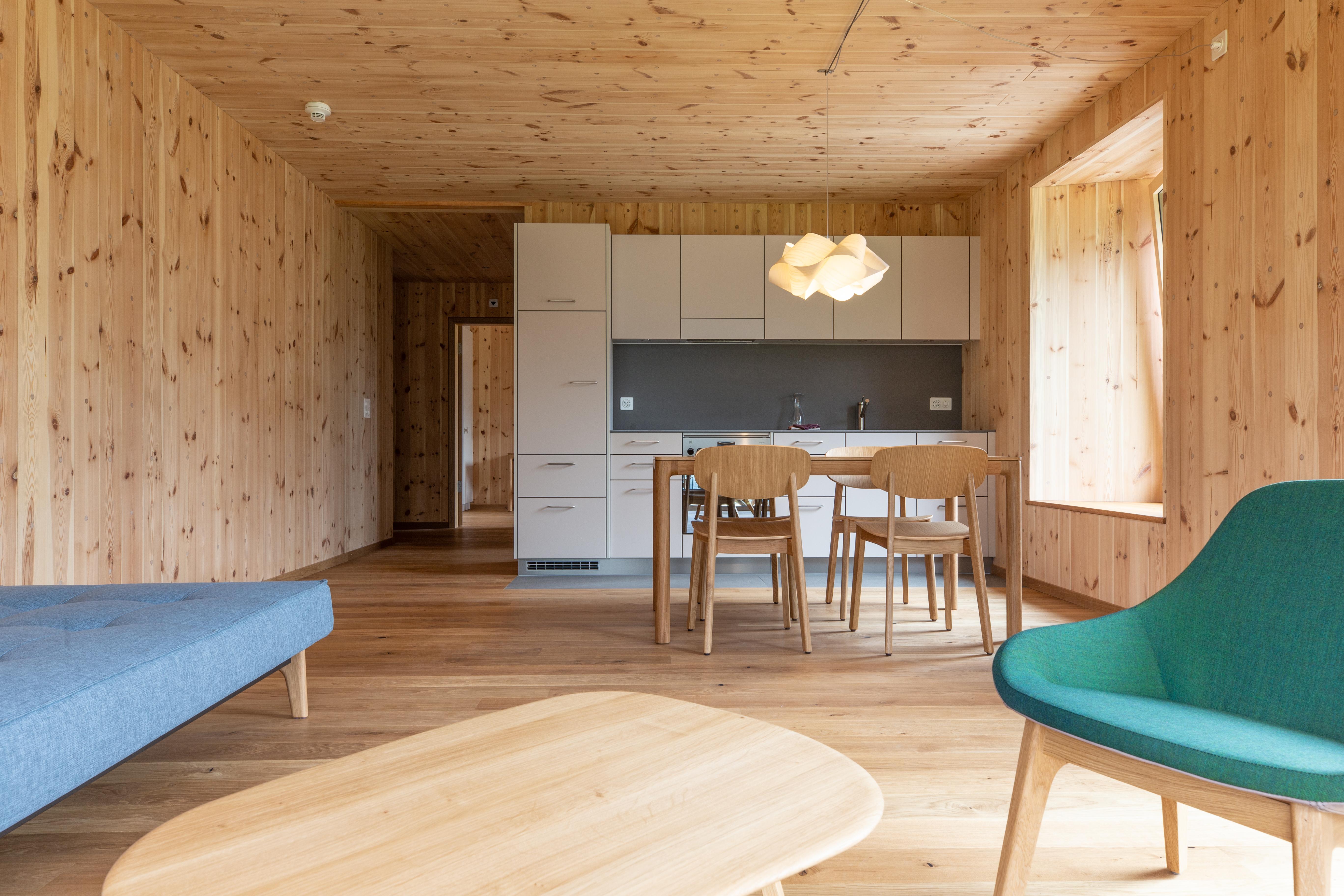 Ferienwohnungen ChieneHuus: Grosses Wohnzimmer mit Küche, Bad, Schlafzimmer